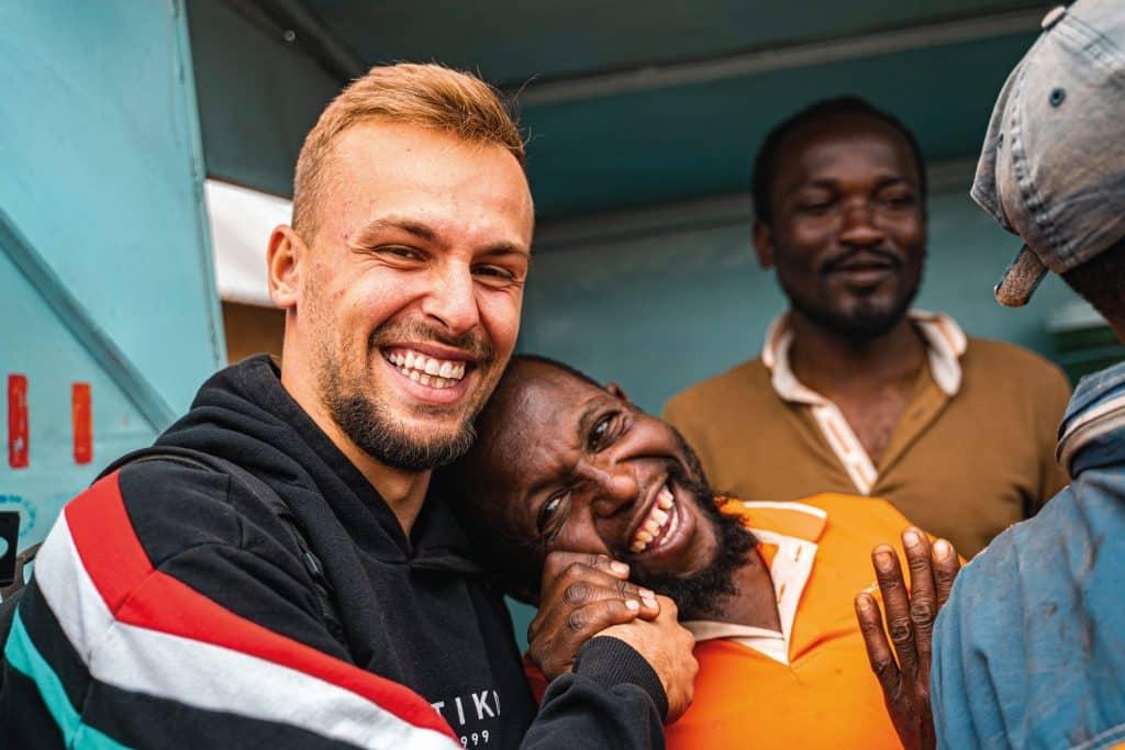 Tibor Sprick mit Einheimischen in Arusha (Tansania).