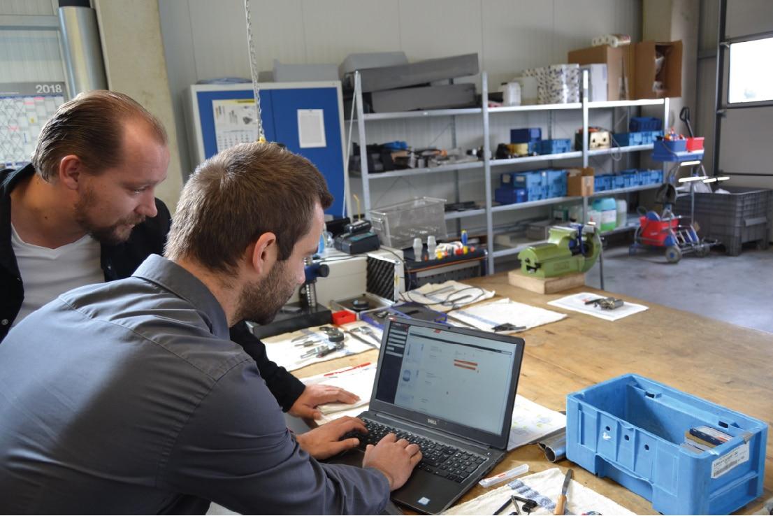 Kollegen arbeiten an Online-Fertigung von Frästeilen